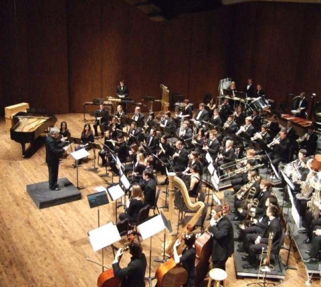 Timothy Salzman directs the UW Wind Ensemble (Photo: Gary Louie).